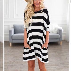 New Women's sz M Black&White Knit Dress w/pockets